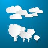 Nuvole ed alberi su fondo blu Fotografia Stock