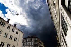 Nuvole 2 edificio e di buio di Oslo Immagine Stock Libera da Diritti