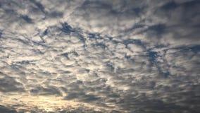 Nuvole, fondo degli azzurri cielo blu con la priorità bassa delle nubi video d archivio