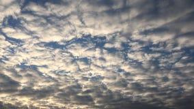 Nuvole, fondo degli azzurri cielo blu con la priorità bassa delle nubi stock footage