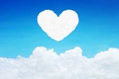 nuvole a forma di del cuore solo su cielo blu Immagine Stock