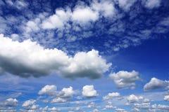 Nuvole gonfie bianche in cielo blu Immagine Stock Libera da Diritti