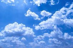 Nuvole gonfie con fondo blu di estate Fotografia Stock