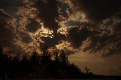 Nuvole, illuminate dalla luna piena verso la metà di una notte di estate Fotografia Stock