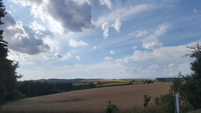 Nuvole impressionanti nelle vacanze estive immagine stock