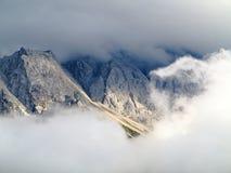 Nuvole intorno al massiccio Zugspitze della montagna Immagine Stock