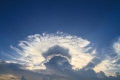Nuvole iridescenti della nuvola o di irisation della nube a cappuccio Il bello natur fotografia stock libera da diritti