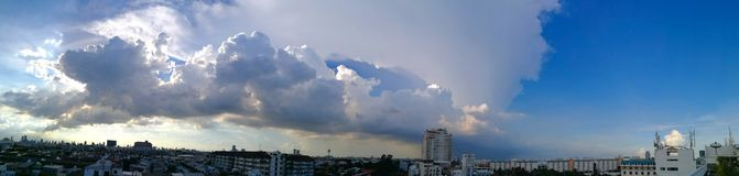 Nuvole lanuginose di panorama nella città Immagine Stock Libera da Diritti