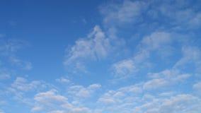 Nuvole leggere con un cielo blu Immagini Stock Libere da Diritti