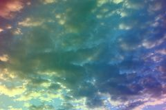 Nuvole leggere variopinte meravigliose nel cielo per utilizzare nella progettazione come fondo immagine stock libera da diritti