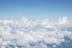 Nuvole luminose con cielo blu Fotografia Stock
