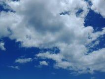Nuvole meravigliose nel cielo luminoso blu Fotografie Stock