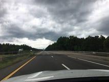 nuvole minacciose sulla strada principale prima di pioggia Fotografie Stock