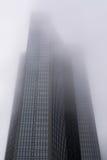 Nuvole moderne della nebbia della foschia di aumento della torre di architettura di Francoforte Immagini Stock Libere da Diritti