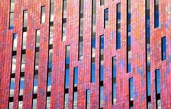 Nuvole moderne di progettazione geometrica dell'ufficio in finestre fotografie stock libere da diritti