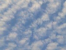Nuvole molli con cielo blu fotografia stock