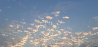nuvole molli di tramonto con cielo blu immagini stock