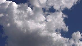 Nuvole molli nel lasso di tempo del cielo archivi video