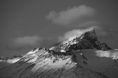Nuvole monocromatiche sul picco Fotografie Stock