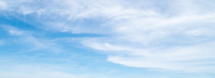 Nuvole nei precedenti del cielo blu Fotografia Stock Libera da Diritti