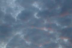 Nuvole nei precedenti del cielo blu Immagine Stock