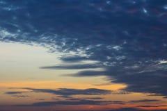 Nuvole nei precedenti del cielo blu Immagini Stock