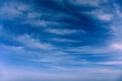 Nuvole nei precedenti di estate del cielo blu Immagini Stock