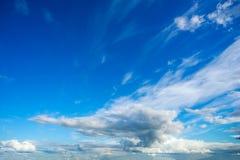 Nuvole nel cielo di estate un giorno soleggiato Fotografia Stock