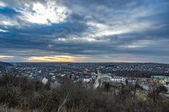 Nuvole nel cielo di tramonto sopra la città immagine stock