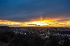 Nuvole nel cielo di tramonto sopra la città immagini stock libere da diritti