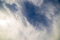 Nuvole nel cielo in tempo soleggiato come fondo fotografia stock