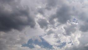 Nuvole nel lasso di tempo del cielo archivi video