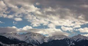 Nuvole nella sommità della montagna archivi video
