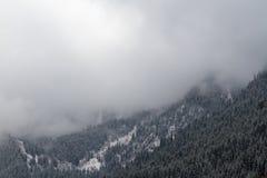Nuvole nelle montagne Immagini Stock