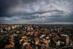 Nuvole nere che sciamano sopra la citt?, Belgrado, Serbia fotografia stock