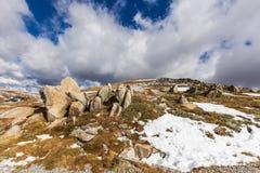 Nuvole, neve e rocce delle alpi australiane Immagini Stock Libere da Diritti