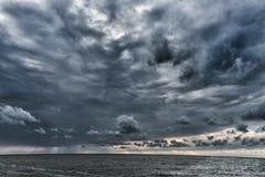 Nuvole nuvolose e tempestose sopra il Mar Baltico in Lettonia Mar Baltico Tiro di foto di sera fuoco verso i numeri più bassi e m fotografia stock