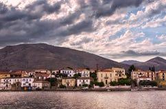 Nuvole pesanti al crepuscolo, sopra Galaxidi, la Grecia Immagine Stock