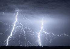 Nuvole pesanti che portano i fulmini e la tempesta di tuono Fotografie Stock Libere da Diritti