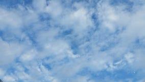 Nuvole piacevoli sul cielo blu Fotografia Stock Libera da Diritti