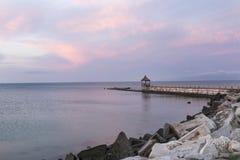 Nuvole pittoresche di rosa di mattina del mare di alba Immagine Stock