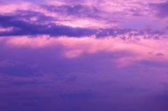 Nuvole porpora del cielo ad alba Fotografia Stock
