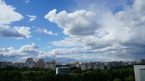 Nuvole rapide nella città stock footage