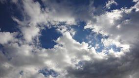 Nuvole retroilluminate in cielo blu Fotografie Stock Libere da Diritti