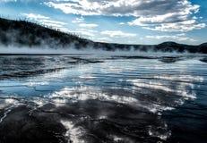 Nuvole riflesse in grande primavera prismatica - parco nazionale di Yellowstone fotografia stock