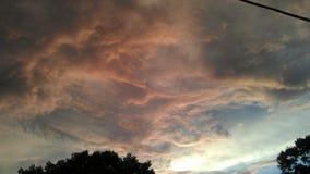 Nuvole rosa, grige e bianche contro un cielo blu Fotografia Stock Libera da Diritti