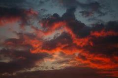 Nuvole rosse del tramonto immagini stock libere da diritti
