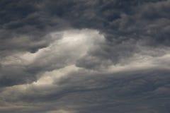 Nuvole scure bizzarre prima della tempesta Fotografia Stock