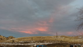 Nuvole scure che vengono nello stesso tempo del tramonto in Thermopolis, Wyoming Immagine Stock