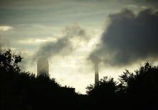 Nuvole scure - città al crepuscolo Immagini Stock